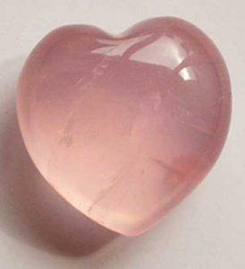cuarzo rosado con forma de corazon