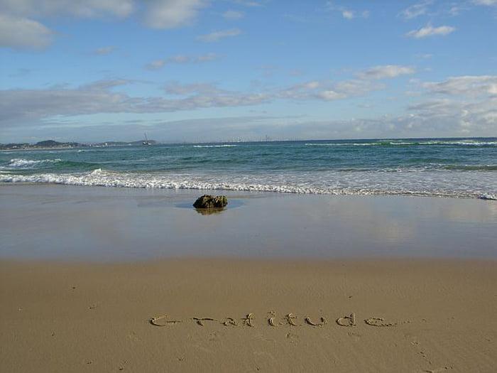 playa con escrito de gratitut