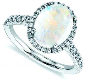 anillo de opalo de color blanco