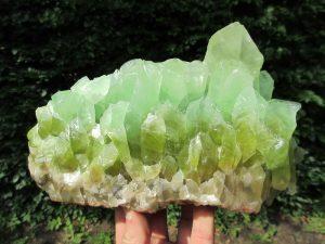 piedra en bruto de calcita color verde