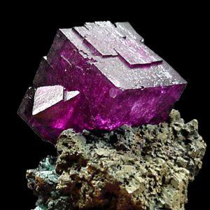 las propiedades de la fluorita de color violeta