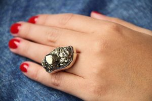 anillo con incrustacion de pidra pirita