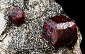 piedra almandino en roca