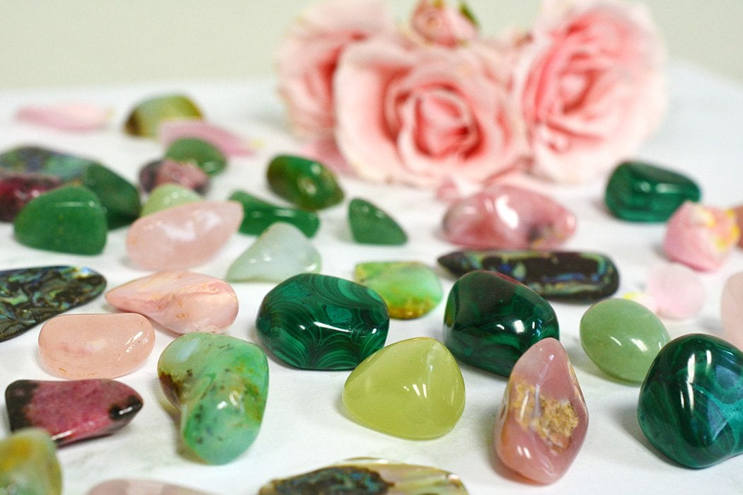 Cristales de amor, piedras y rejillas de cristal